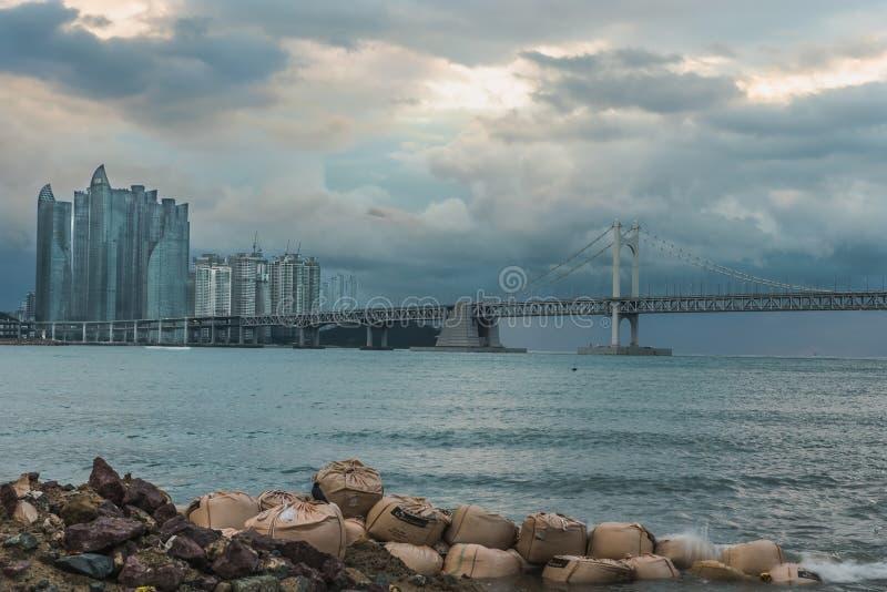 Vista dell'orizzonte della città di Busan al distretto di Haeundae, spiaggia di Gwangalli, parcheggio dell'yacht alla spiaggia mo immagine stock