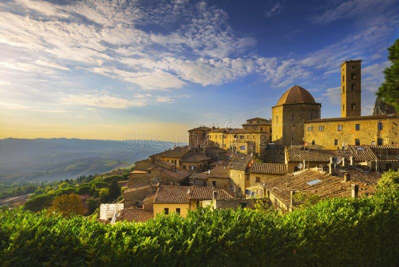 Vista dell'orizzonte della città di Volterra, della Toscana, della chiesa e di panorama sui soli fotografia stock