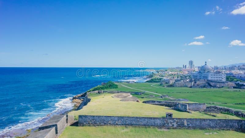 Vista dell'orizzonte della città e del prato inglese dal mare blu a vecchio San Juan, Puerto Rico immagini stock