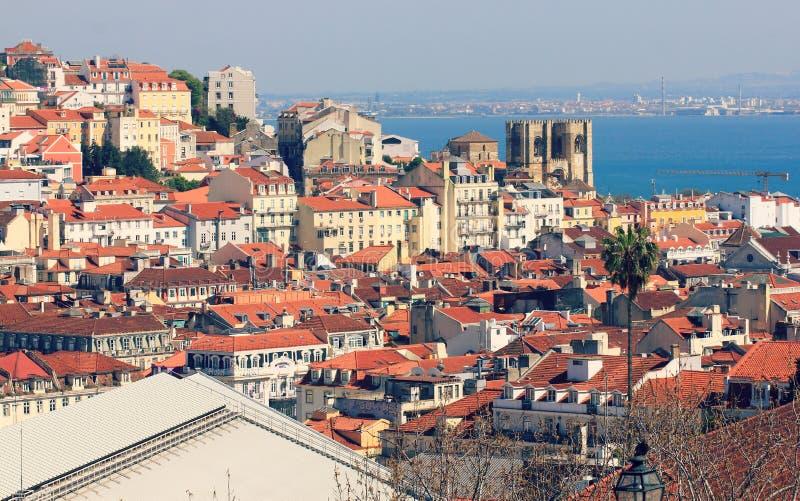 Vista dell'orizzonte di Città Vecchia e chiesa di Lisbona, Portogallo fotografia stock libera da diritti
