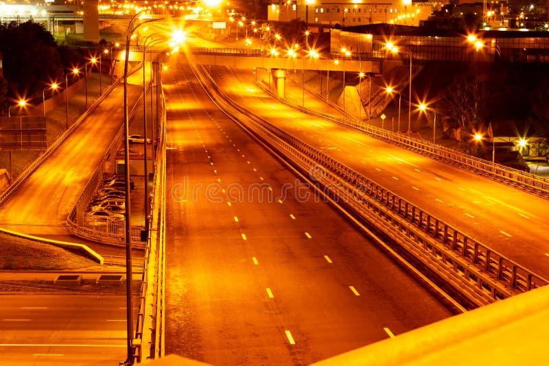 Vista dell'orizzonte di notte del withroad delle strade principali della città alle luci notturne fotografia stock