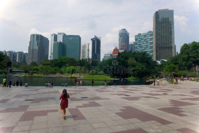 Vista dell'orizzonte in Kuala Lumpur con una persona che cammina, Malesia fotografia stock libera da diritti