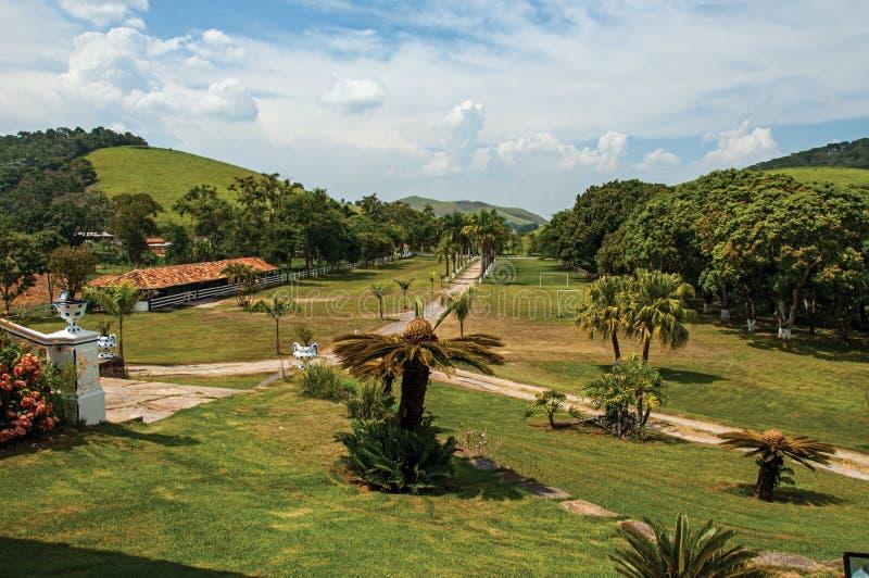 Vista dell'ubriacone e dell'opulenza dei giardini in una vecchia proprietà vicino a Bananal fotografia stock libera da diritti