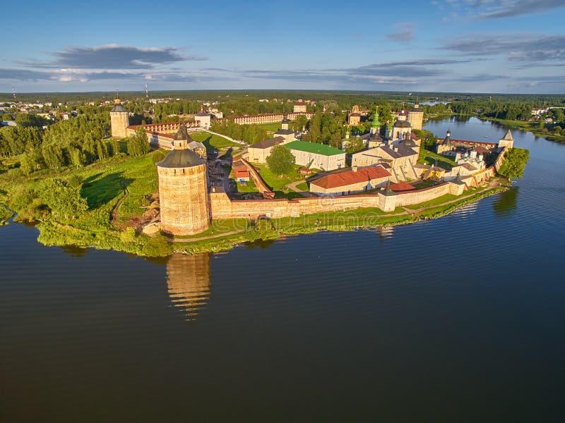 Vista dell'Uccello-occhio del monastero di Kirillo-Belozerskiy vicino alla città di Kirillov, Russia immagini stock