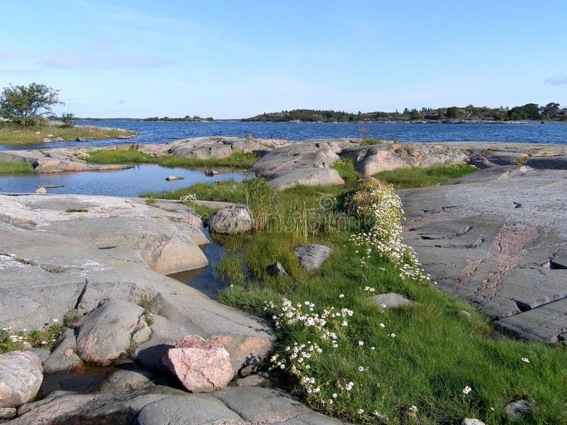 Vista della baia dalla riva pietrosa immagini stock