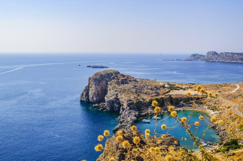 Vista della baia del ` s di St Paul dalla cima dell'acropoli di Lindos Isola della Rodi, Grecia fotografia stock
