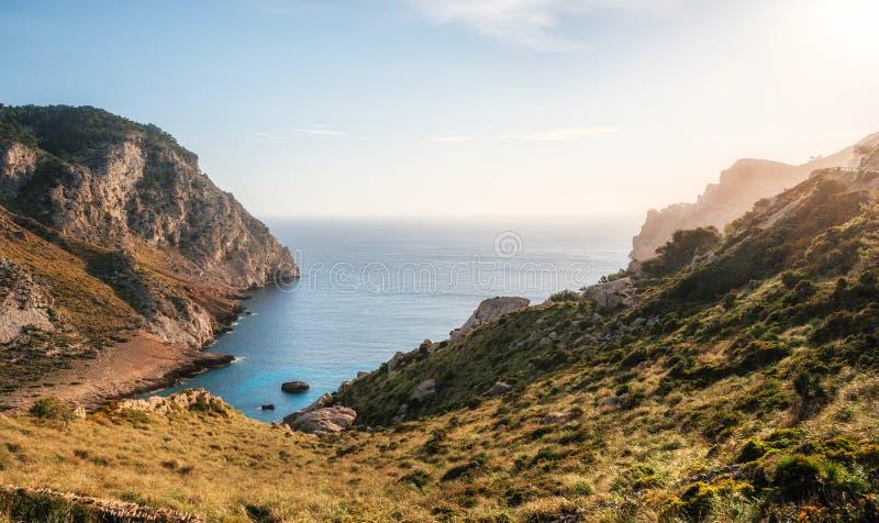 Vista della baia del thel di capo Formentor con acqua azzurrata Mallorca, Spagna fotografia stock