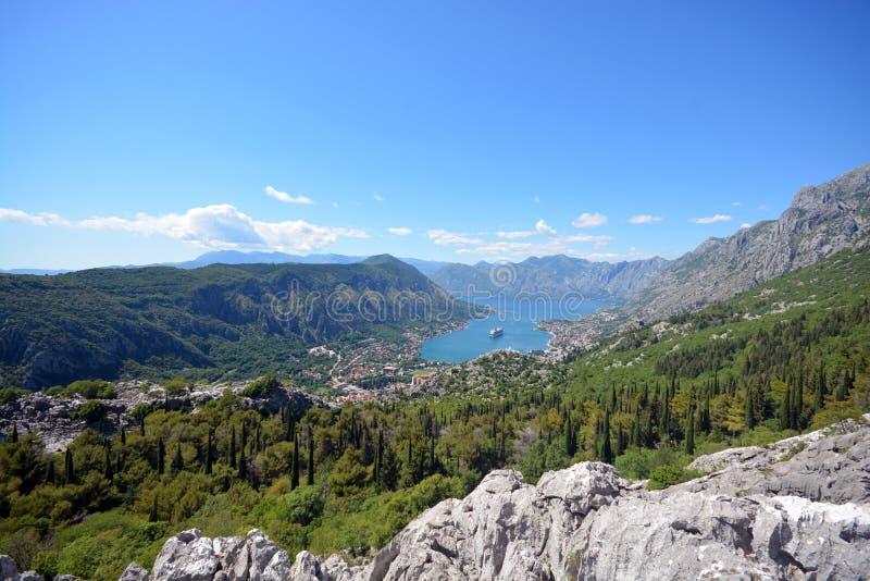 Vista della baia di Boko-Cattaro, Montenegro, le montagne, il mare adriatico immagine stock libera da diritti