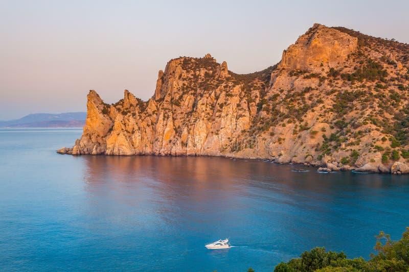 Vista della baia di Mar Nero con roccia enorme e la barca commovente fotografie stock libere da diritti