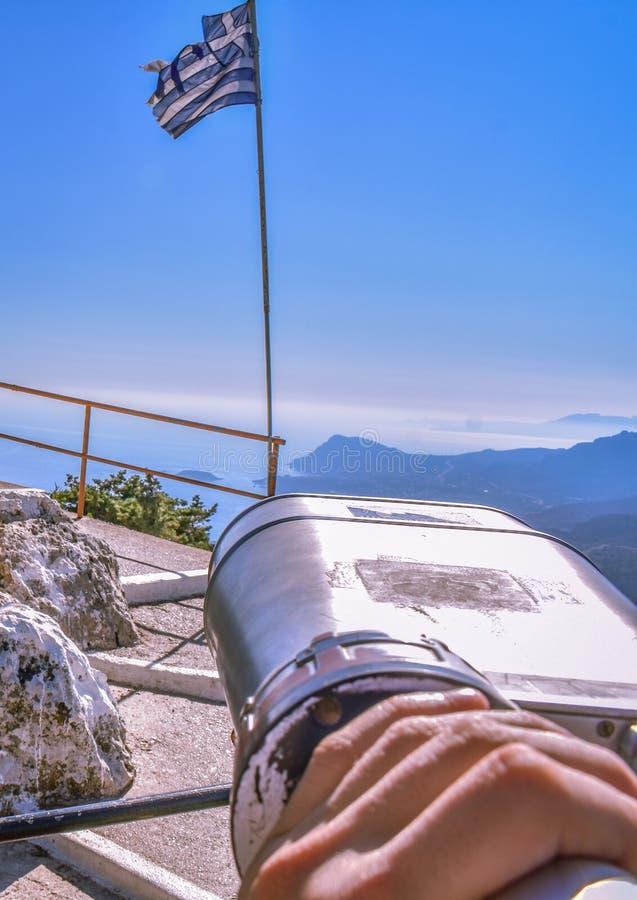 Vista della bandiera greca dalla cima della montagna immagini stock libere da diritti