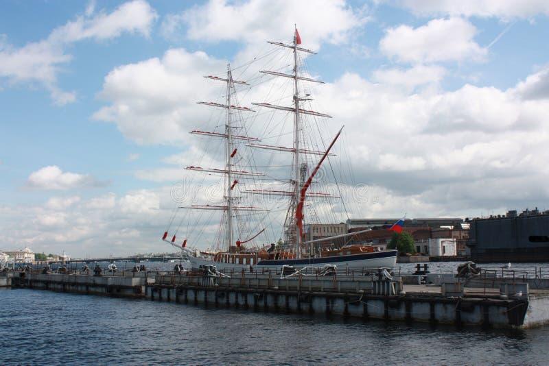 Vista della barca a vela al pilastro a Pietroburgo immagine stock libera da diritti