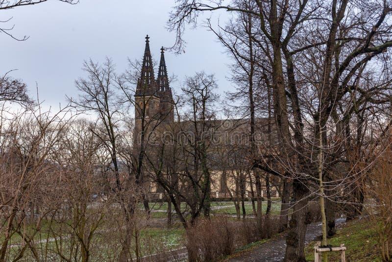 Vista della basilica dei san Peter e Paul in Vysehrad a Praga fotografia stock libera da diritti