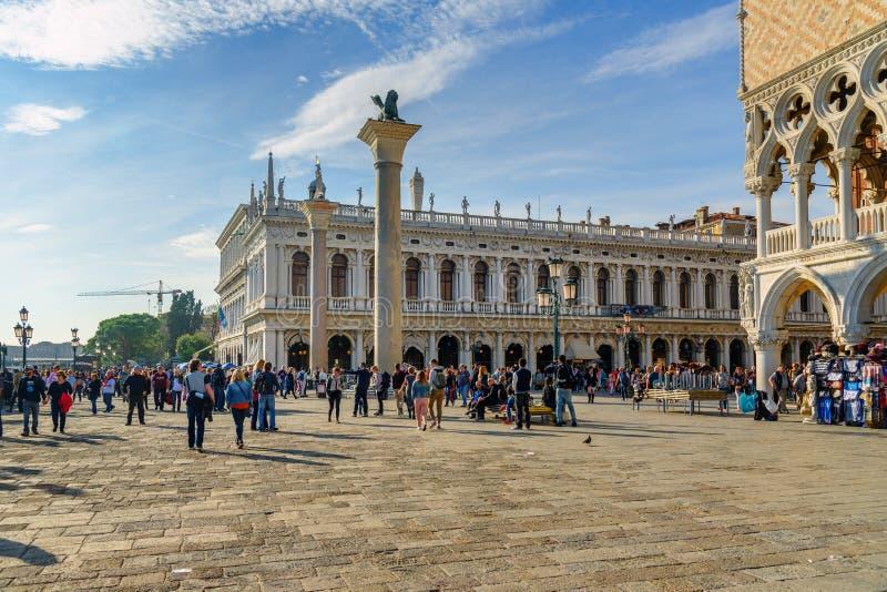 Vista della biblioteca nazionale della colonna di St Mark e di St Mark sulla piazza San Marco in Venivce L'Italia fotografia stock