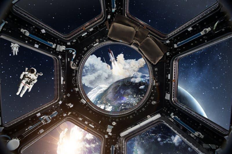 Vista della cabina di pilotaggio dalla Stazione Spaziale Internazionale fotografia stock