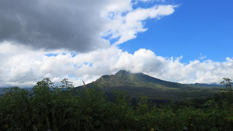 Vista della caldera vulcanica di Batur, nella regione montana di Kintamani fotografia stock