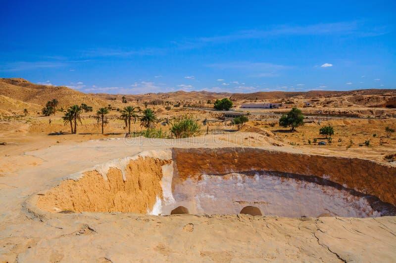 Vista della casa beduina di berbero tradizionale in deserto del Sahara in Tunisia fotografia stock