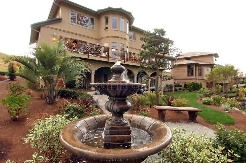 Vista della casa dal cortile immagini stock