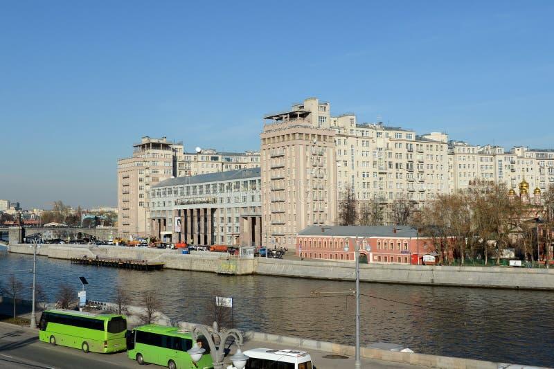 Vista della casa sul lungomare e sull'argine di Bersenevskaya di Mosca fotografie stock libere da diritti
