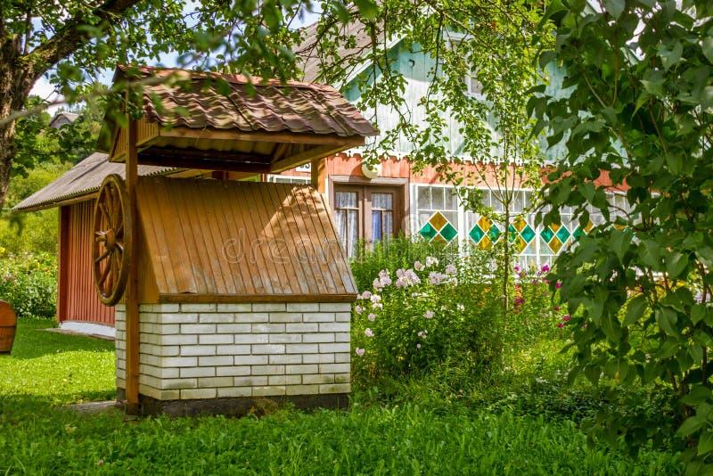 Vista della casa tradizionale del villaggio con il pozzo in Ucraina, Europa fotografia stock libera da diritti