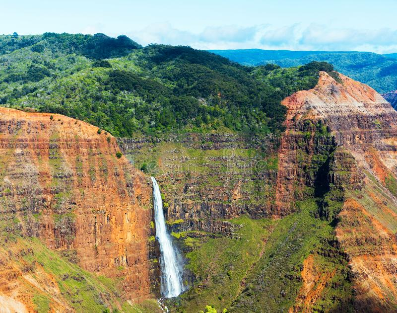 Vista della cascata nel canyon di Waimea in Kauai, isole delle Hawai, U.S.A. fotografie stock