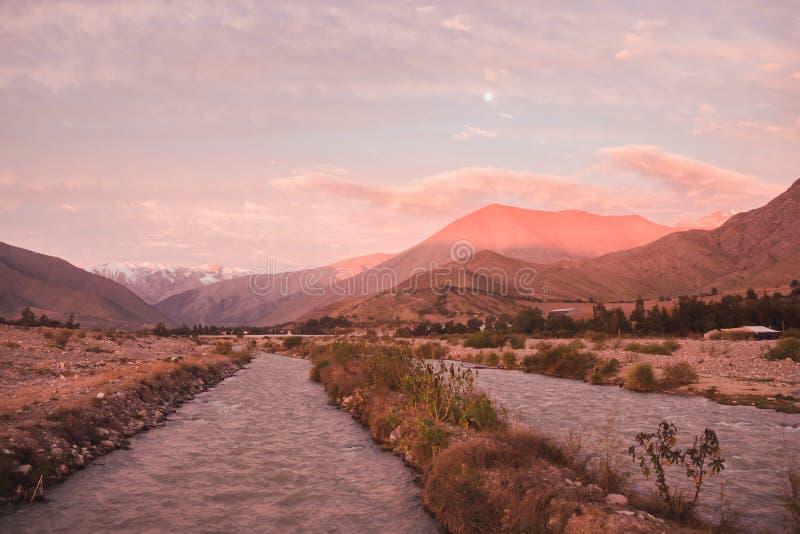 Vista della catena montuosa delle Ande come visto da Vicuña nella valle di Elqui durante l'alba di tramonto nel Cile immagine stock