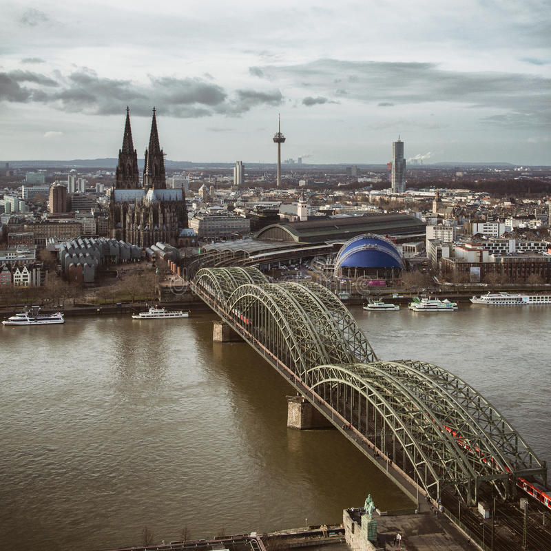 Vista della cattedrale di Colonia e del ponte di Hohenzollern, guardante dalla torre del triangolo di Koln, fotografia stock
