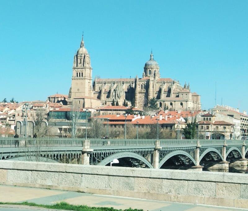 Vista della cattedrale di Salamanca dall'automobile, Spagna fotografia stock libera da diritti