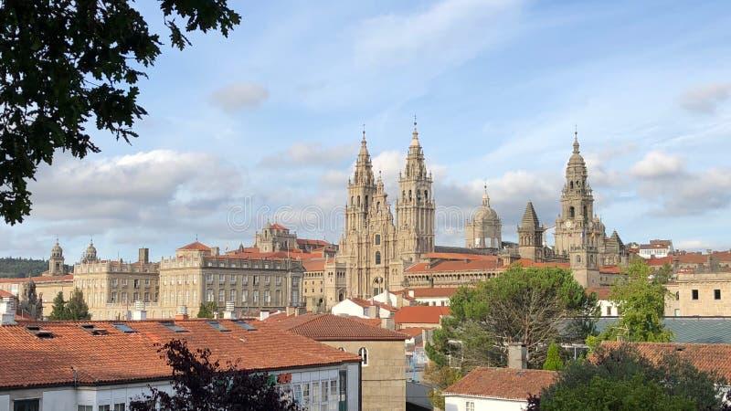 Vista della cattedrale di Santiago di Compostela dal parco di Alameda in Santiago de Compostela, Spagna immagine stock libera da diritti