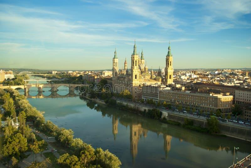 Vista della cattedrale e del fiume Ebro di Pilar a Saragozza, Spagna fotografie stock libere da diritti