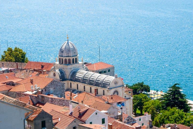 Vista della cattedrale e del mare di Sibenik fotografia stock