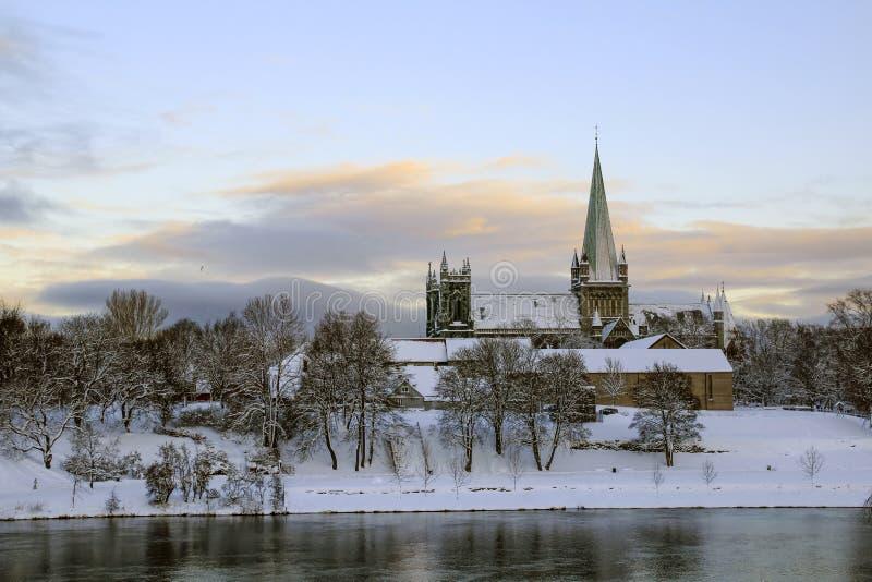 Vista della cattedrale Nidarosdomen e del fiume Nidelva a Trondeim fotografia stock