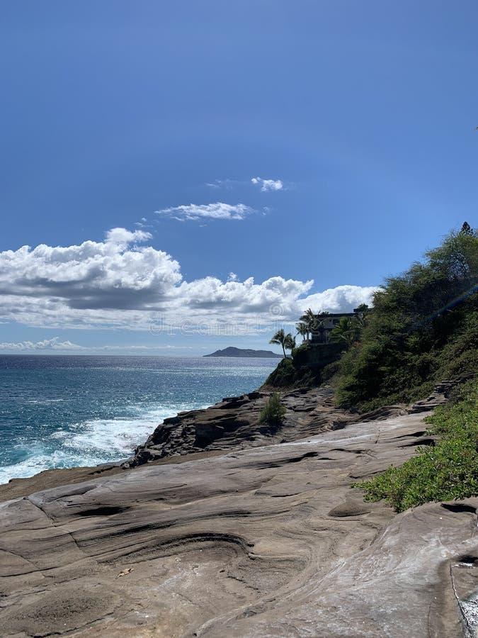 Vista della caverna dell'emissione delle Hawai di roccia e dell'oceano immagine stock libera da diritti