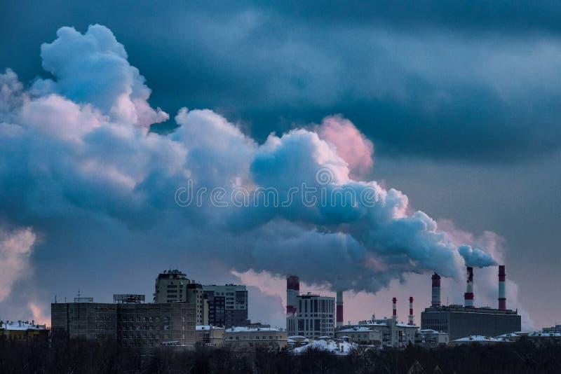 Vista della centrale elettrica e del vapore di calore dai tubi immagini stock