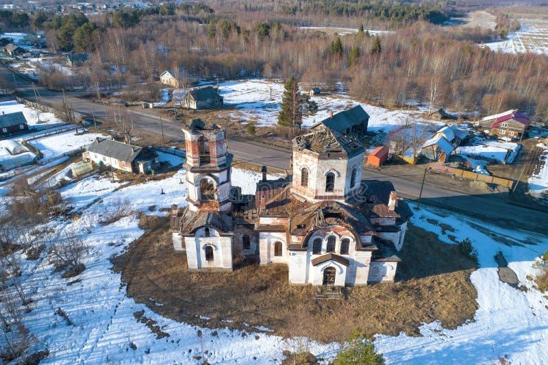 Vista della chiesa abbandonata della natività del rilevamento aereo di Cristo r La Russia fotografia stock libera da diritti
