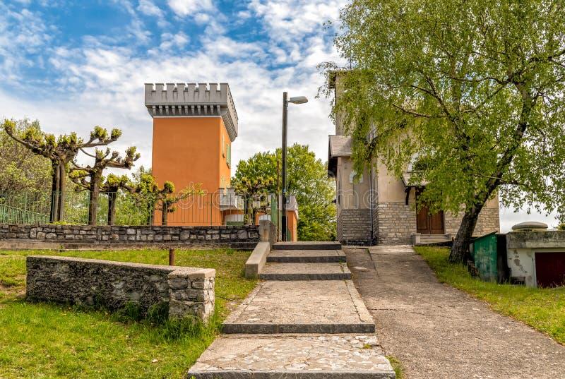 Vista della chiesa cristiana di Maria Assunta e della torre su Monte Bre di Lugano, Svizzera fotografia stock libera da diritti