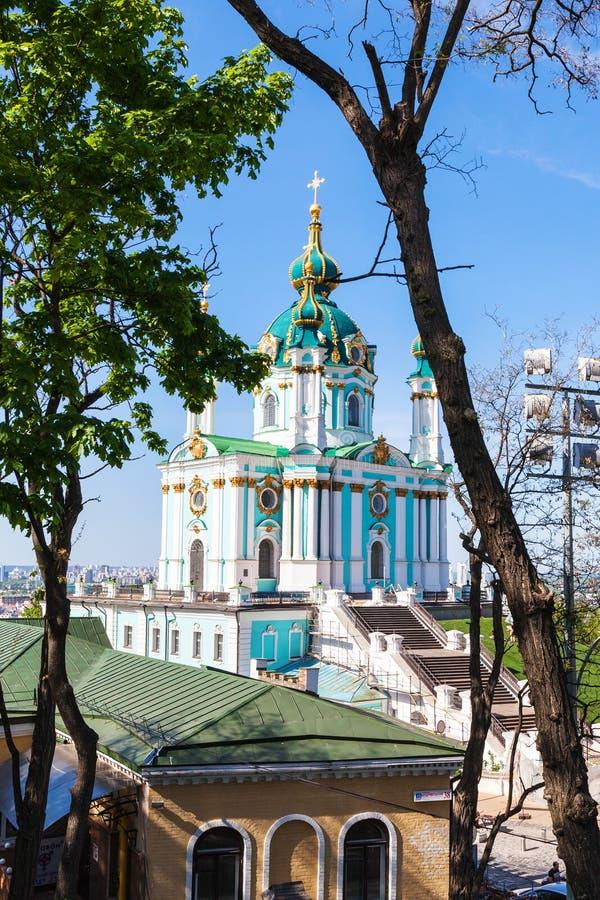 Vista della chiesa del ` s di St Andrew nella città di Kiev immagine stock