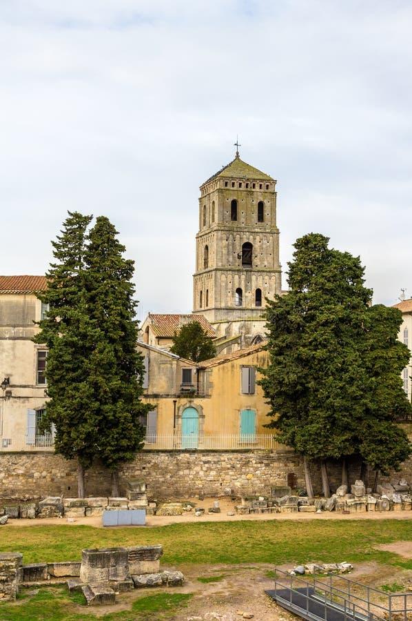 Vista della chiesa della st Trophime Arles - in Francia immagini stock libere da diritti