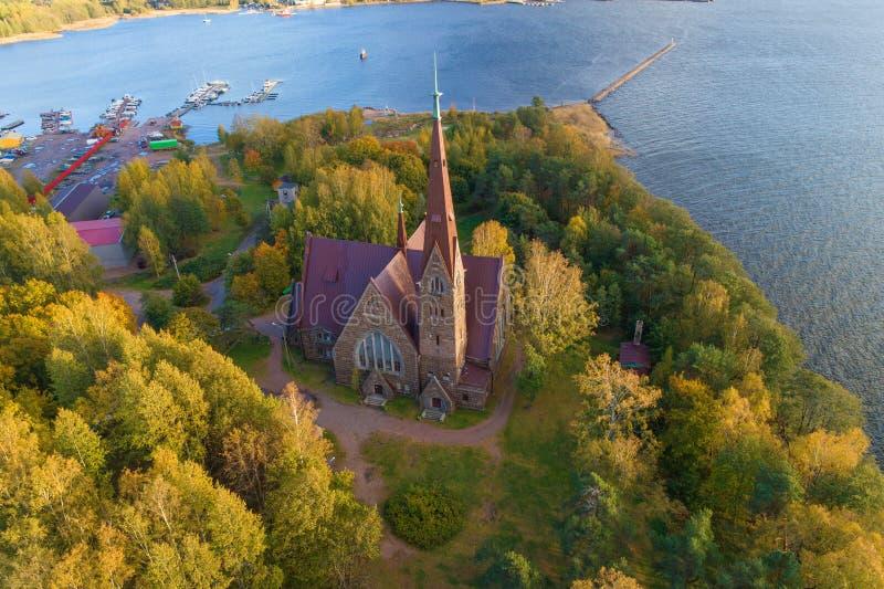 Vista della chiesa di Mary Magdalene, rilevamento aereo dorato di autunno Primorsk, regione di Leningrado La Russia fotografia stock