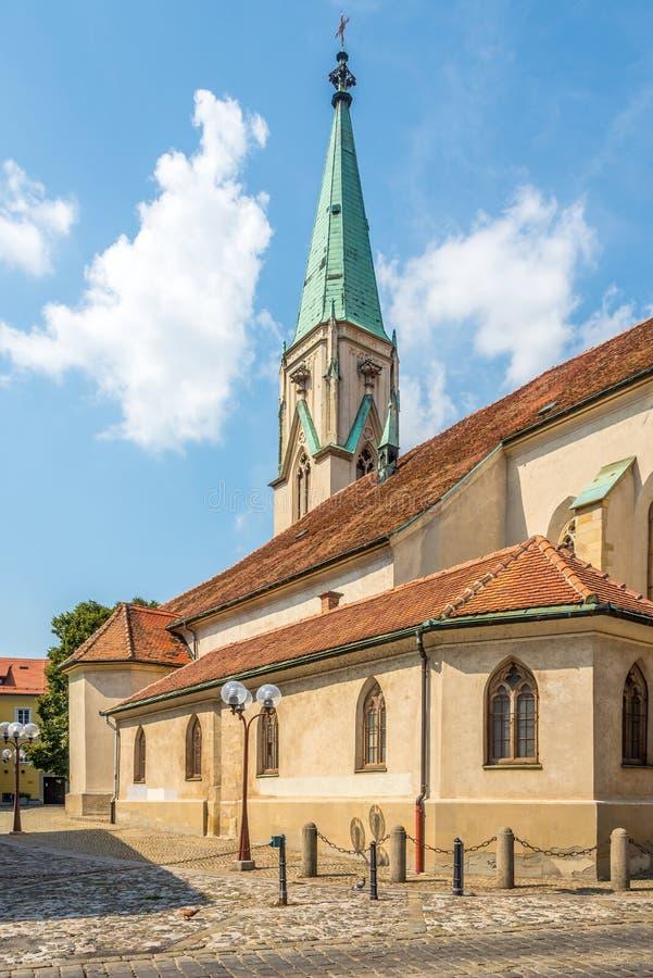 Vista della chiesa di San Daniel per le strade di Celje in Slovenia immagine stock
