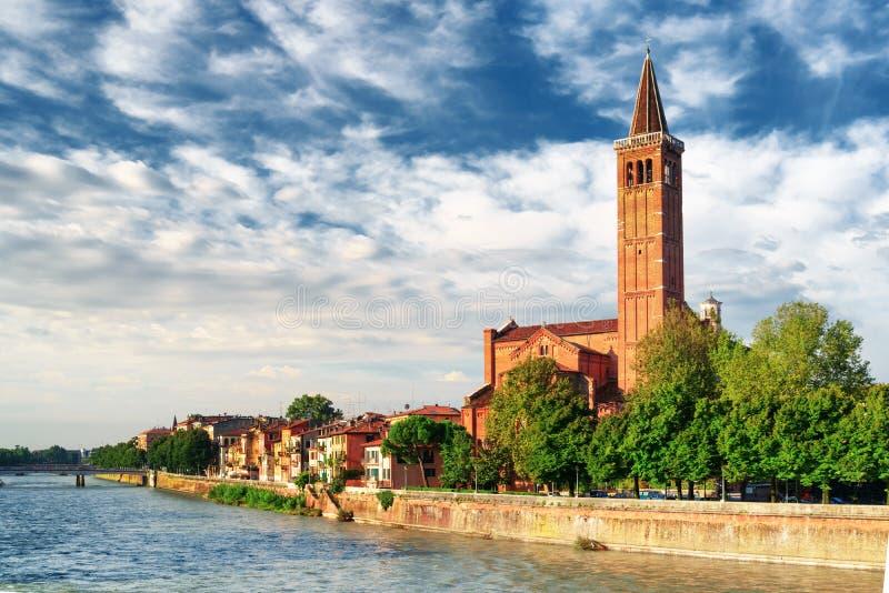 Vista della chiesa di Santa Anastasia dal fiume di Adige, Verona fotografia stock libera da diritti