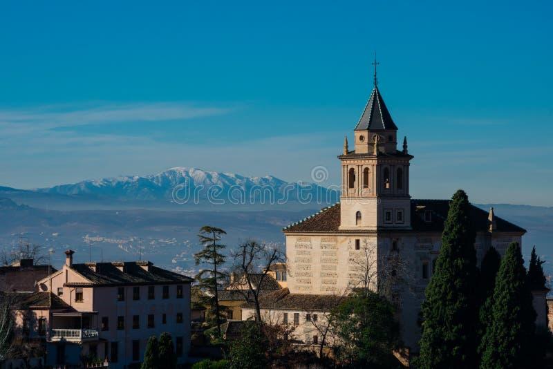 Vista della chiesa di Santa Maria de la Alhambra dai giardini di Generalife fotografia stock libera da diritti