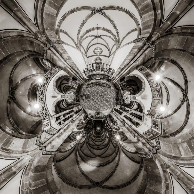 Vista della chiesa gotica interna, poco effetto del caleidoscopio del pianeta immagini stock libere da diritti