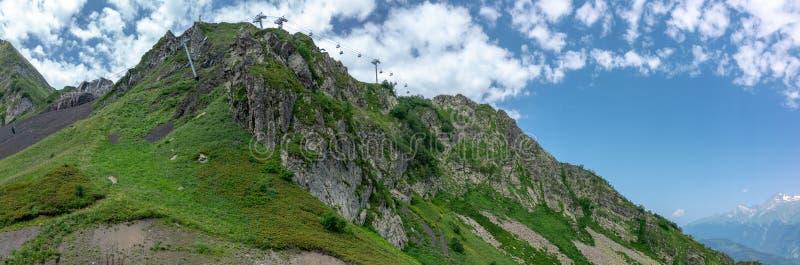 Vista della cima della montagna rocciosa, su cui i passaggi della cabina di funivia Krasnaya Polyana, Soci, Russia fotografia stock libera da diritti