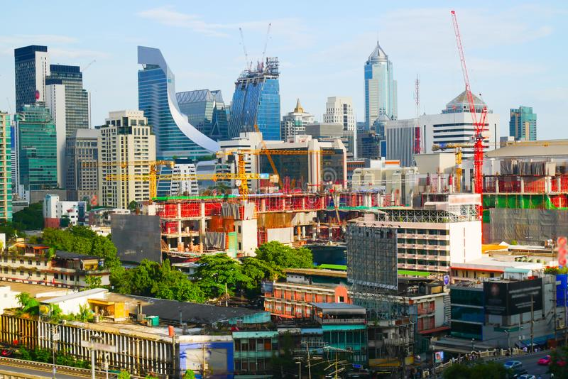 Vista della città a Bangkok in cui molti degli edifici alti sono in costruzione fra le vecchie e nuove costruzioni immagine stock libera da diritti