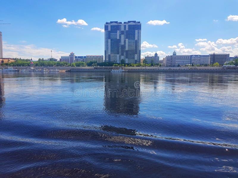 Vista della città cinese sull'estate blu del cielo blu e del fiume immagini stock