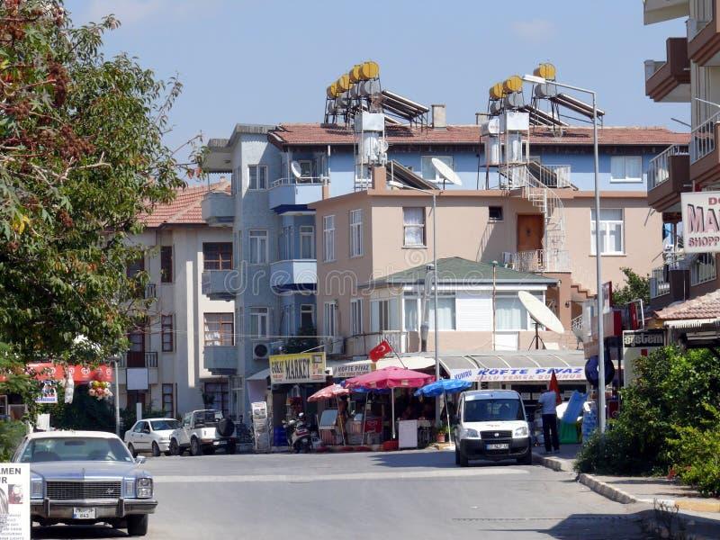 Vista della città con le costruzioni e la gente fotografie stock libere da diritti