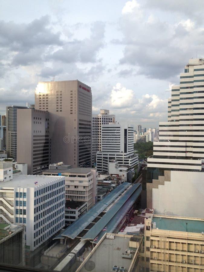 Vista della città dalla cima della costruzione a Bangkok immagini stock