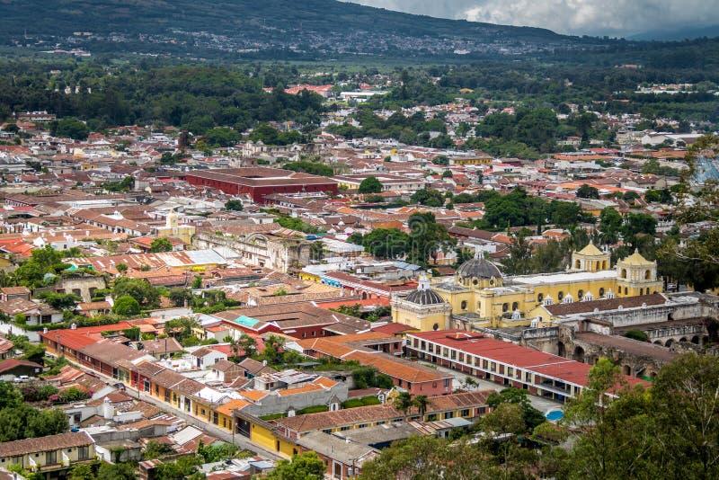 Vista della città dell'Antigua Guatemala da Cerro de La Cruz fotografie stock libere da diritti