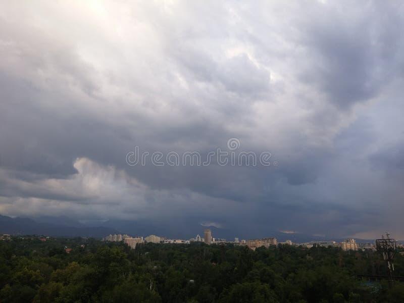 Vista della città di Almaty fotografia stock