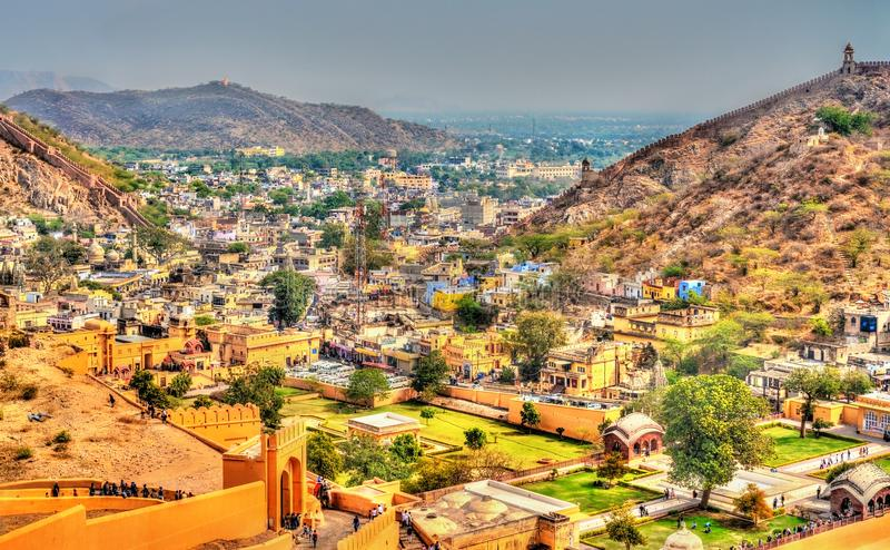 Vista della città di Amer con la fortificazione Un'attrazione turistica importante Jaipur - nel Ragiastan, India fotografie stock